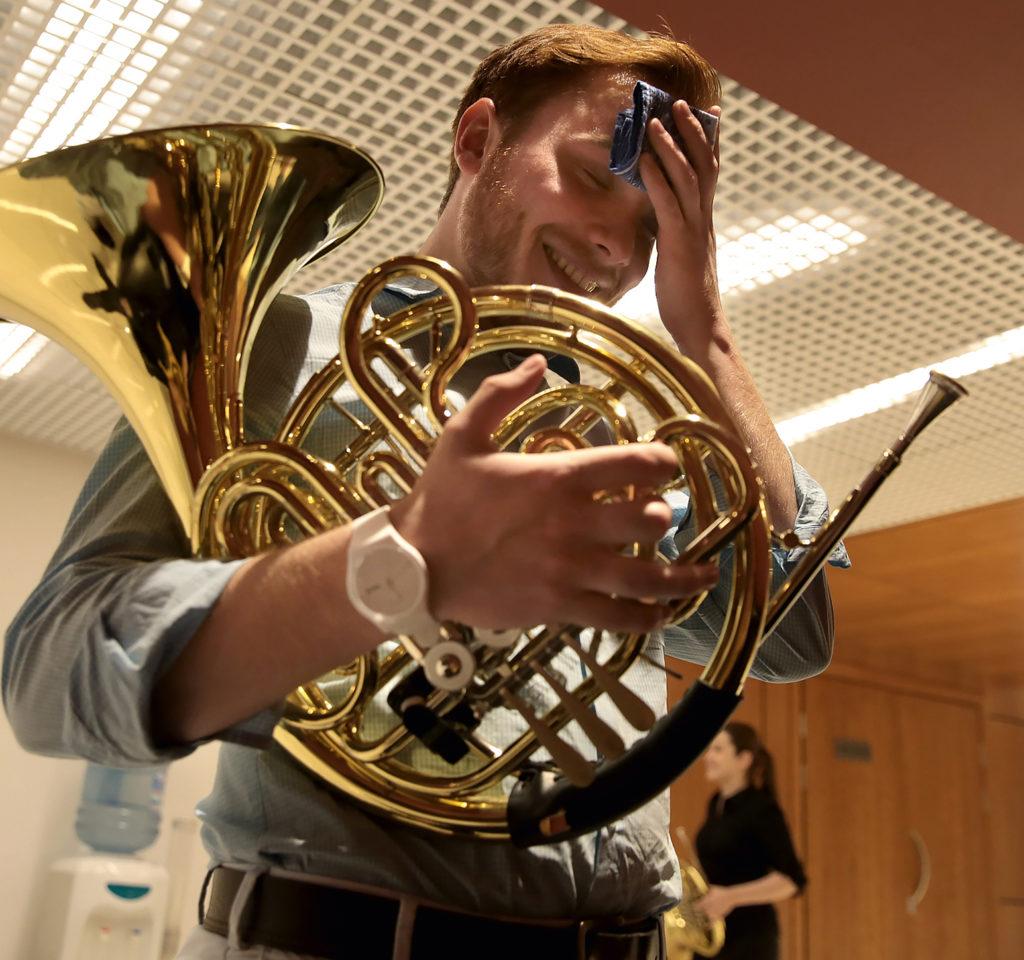 В борьбе соркестровыми трудностями