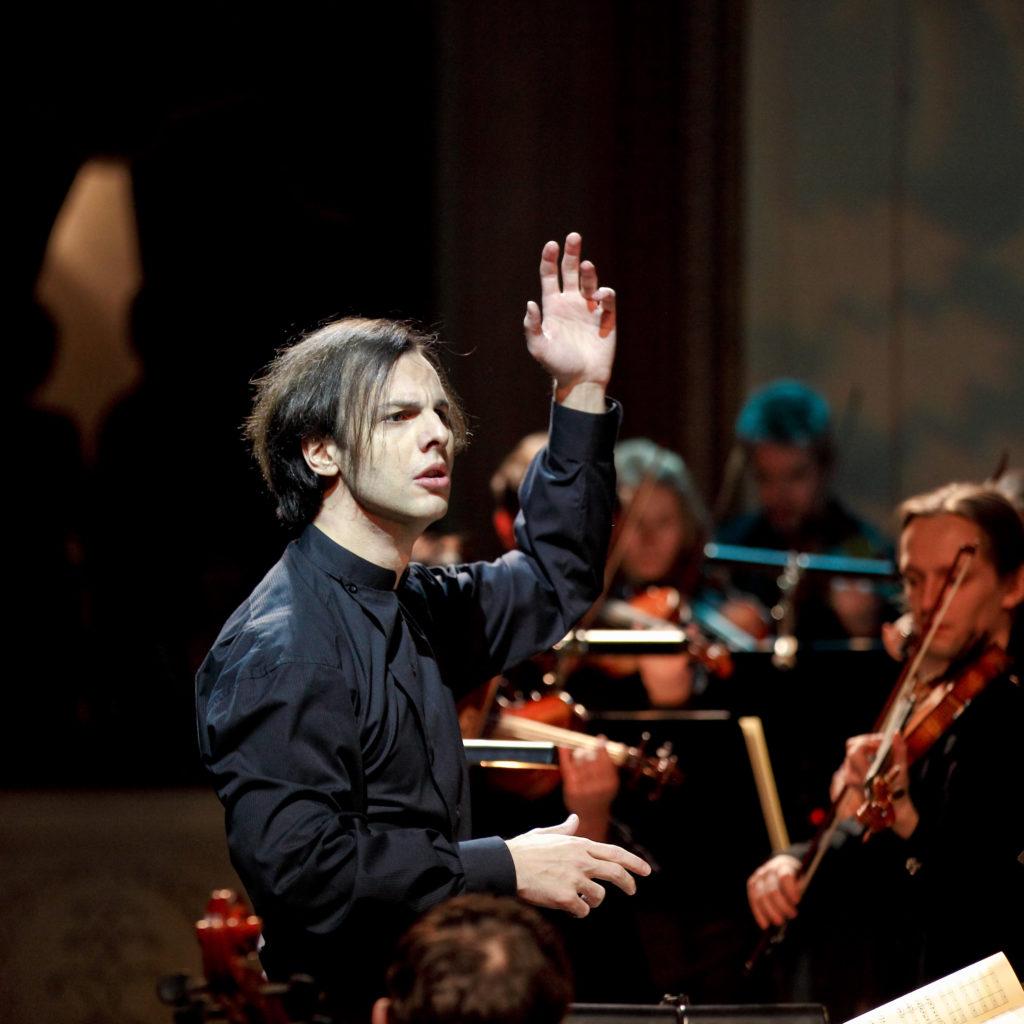 Теодор Курентзис выступит в «Зарядье» с камерным оркестром Малера