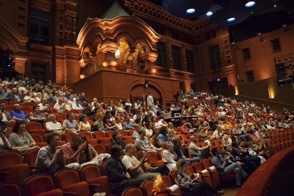 Торжественный сбор труппы «Геликон-оперы» в преддверии 30-го юбилейного сезона состоялся 3 сентября в зале «Стравинский»