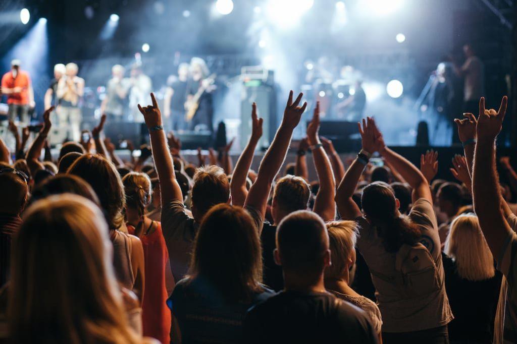 Немецкие ученые выявят степень угрозы передачи коронавируса на концертах