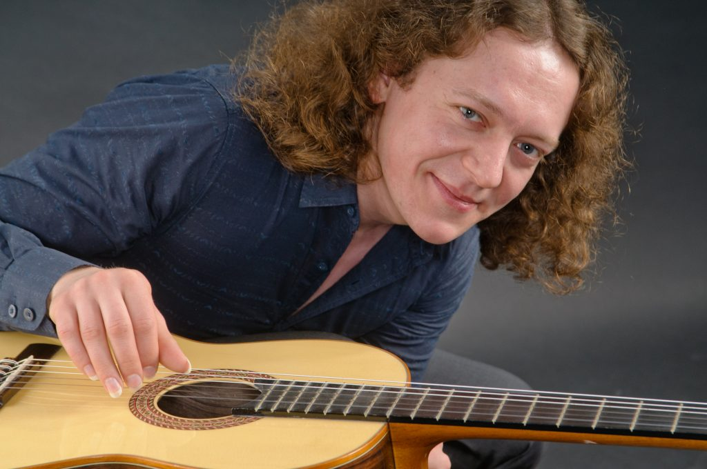 Гитарист Дмитрий Илларионов выступит в День испаноязычного мира